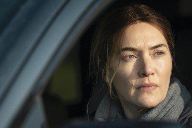 演員凱特溫絲蕾所飾演的Mare為本劇主角,是一名執法人員、一名母親、一名女兒。 圖/HBO提供
