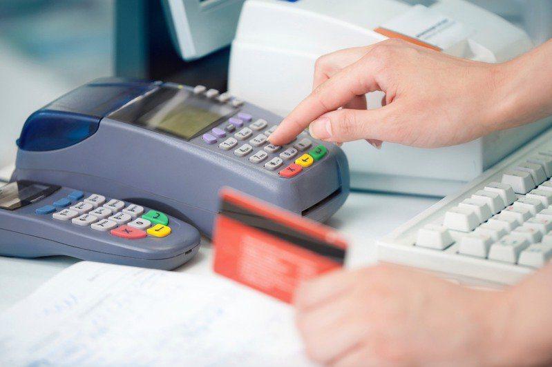 現在行動支付相當方便,也非常多人習慣以信用卡付款購物。 圖/ingimage