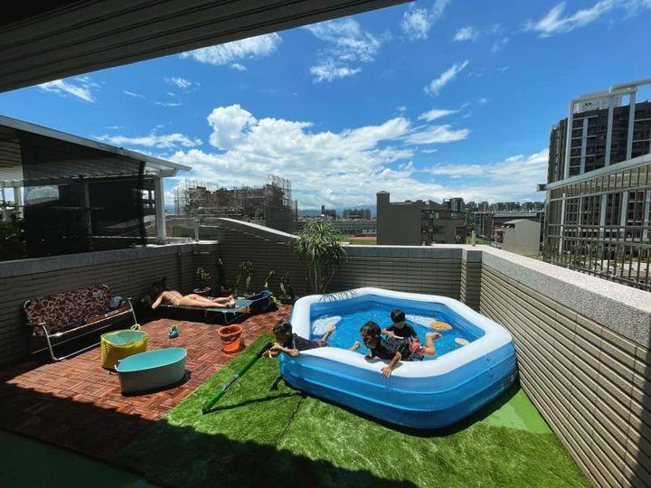 一名網友發文分享自家寬敞的露天陽台,擺上室外泳池後彷彿置身度假村,貼文羨煞網友。圖/取自Costco好市多 商品經驗老實說