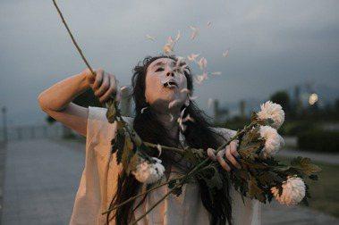 旅居紐約的舞蹈傳奇人物尾竹永子,在東京多處即興起舞,拍攝精采的創作獨舞作品〈A Body in Places〉。 圖/CPAK Studio攝影