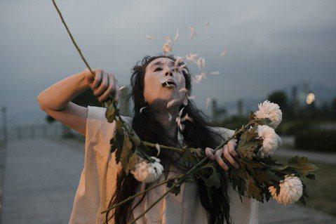 旅居紐約的舞蹈傳奇人物尾竹永子,在東京多處即興起舞,拍攝精采的創作獨舞作品〈A ...