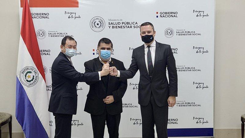 中華民國駐巴拉圭大使韓志正(左起)、巴拉圭衛生部長波帕及Vaxxinity策略長哈里森十六日在亞松森出席巴拉圭購買聯亞疫苗簽約儀式。美聯社