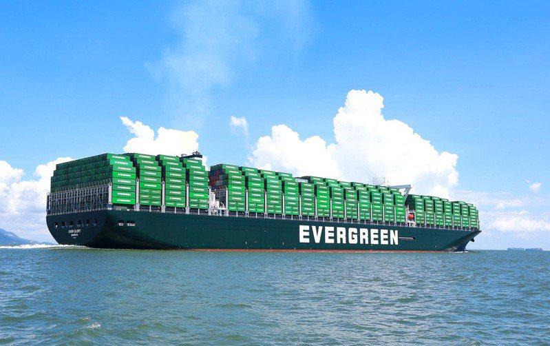 圖為長榮海運大型貨櫃輪。(本報系資料庫)