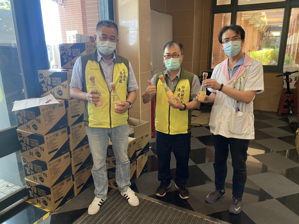 金色大地公司捐贈給秀傳醫院彰濱院區馬來西亞進口Wow-fresh蜂蜜飲料,為醫護...