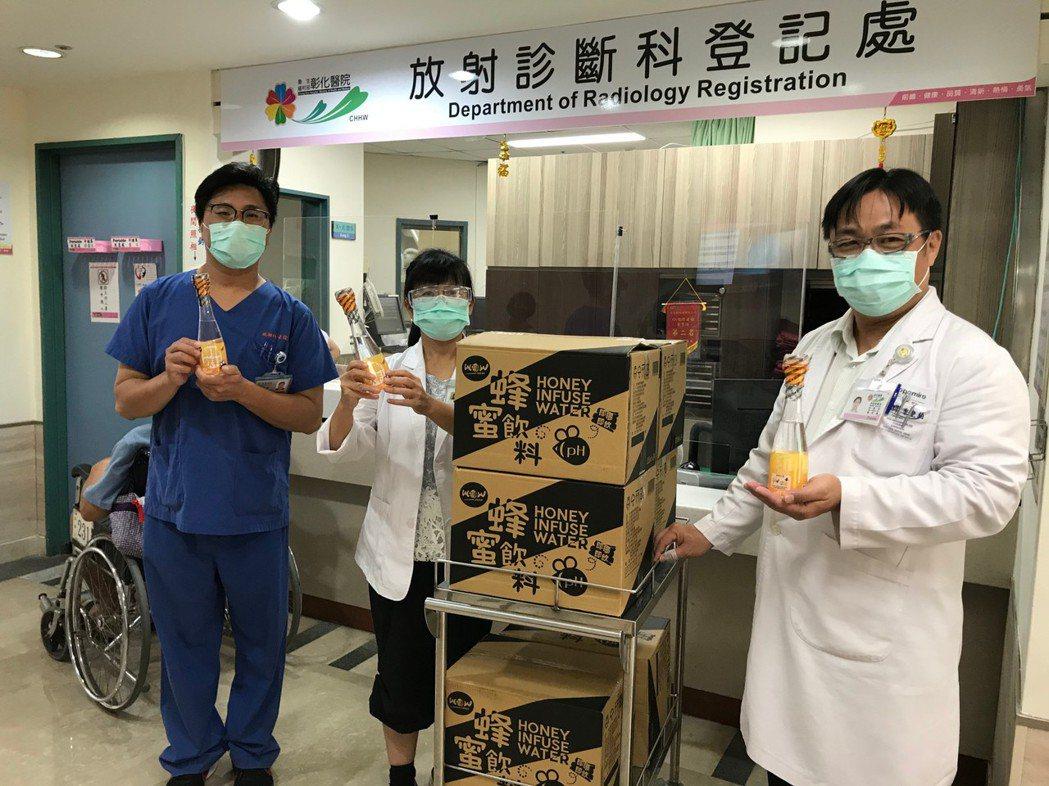 金色大地公司捐贈給部立彰化醫院馬來西亞進口Wow-fresh蜂蜜飲料,為第一線醫...