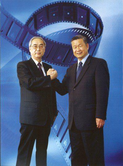 旺宏吳敏求董事長(右)緬懷前董事長胡定華博士(左)為台灣的貢獻與風範,捐贈陽明交...