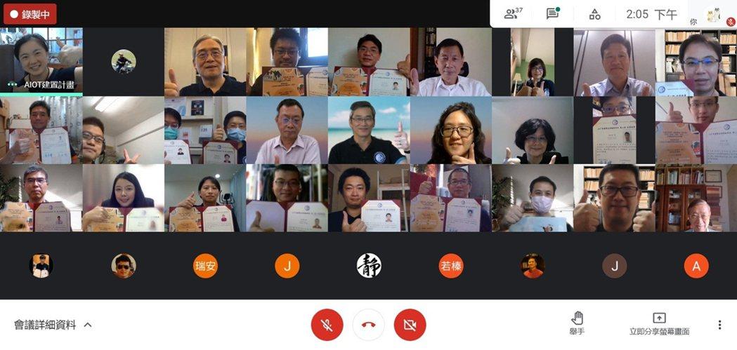 中國科技大學推廣教育AIoT智慧製造高階經理班第二期結訓合影。 中國科大/提供