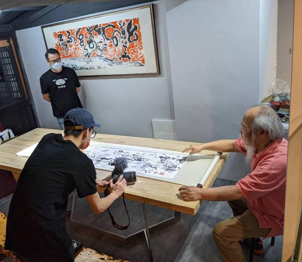 百大書畫名家蔡玉龍老師(右)將獲獎畫作製作成NFT數位商品。 業者/提供
