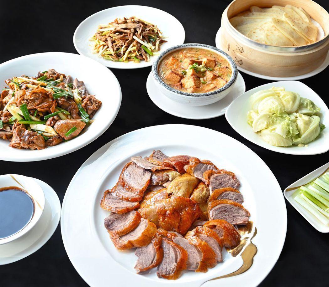 高雄福華大飯店江南春餐廳每個月可賣千隻的「一品明爐鴨」,因應疫情破天荒推出外帶服...