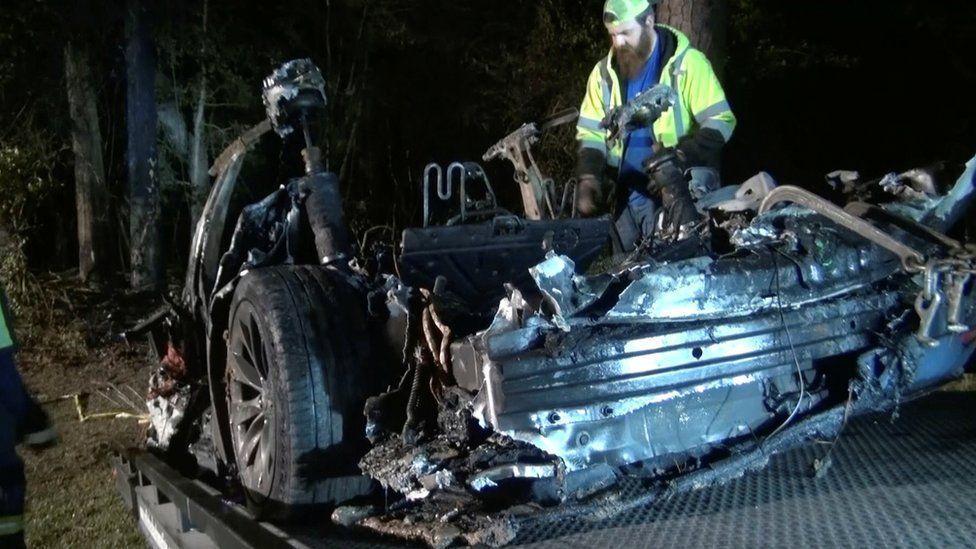一輛特斯拉電動車4月17日在德州休士頓市郊區出車禍起火燃燒後的殘骸。路透