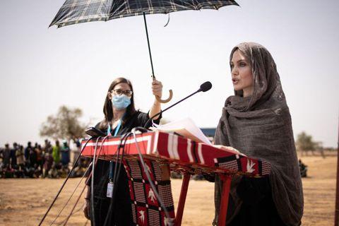 奧斯卡金像獎影星安潔莉娜裘莉今天造訪西非內陸國家布吉納法索一處難民營,此地安置了數以千計為逃避聖戰士暴力攻擊而流離失所的馬利人。安潔莉娜裘莉(Angelina Jolie)以聯合國難民署(UNHCR...