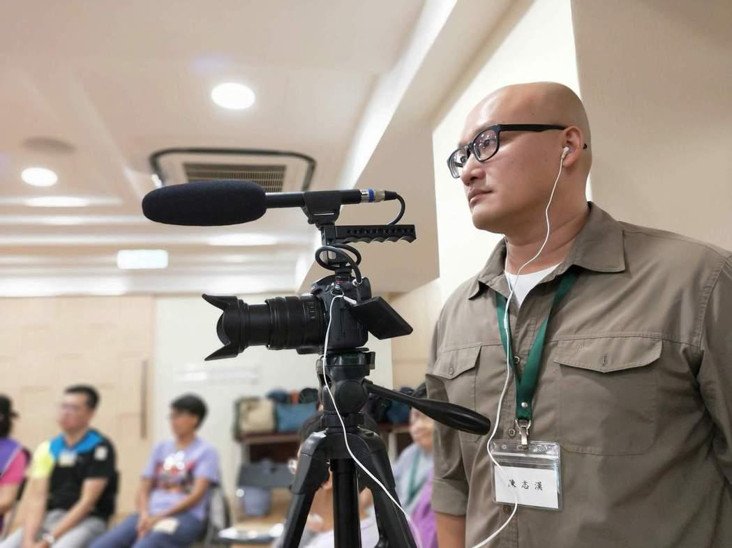 台灣首部探討靈性照顧的紀錄片「回眸」,由導演陳志漢(右)執導,全片歷時近2年拍攝...