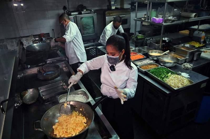曼谷今天再度進一步放寬公共和商業場所防疫規定,餐廳可延長營業時間並提高內用人數。 法新社