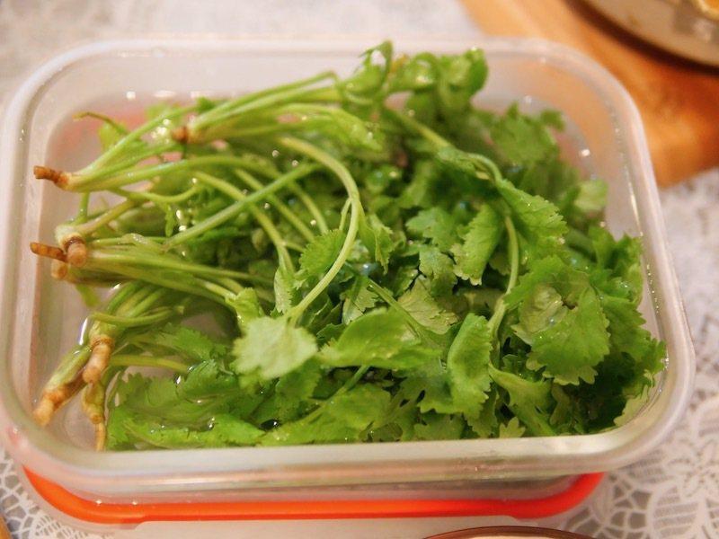 新鮮的香菜保存不容易,若當天沒用完,縱使放冰箱冷藏,葉子還是會變黃,私房撇步作法:「可在洗淨後浸泡在滿水保鮮盒中,水需蓋著香菜。」此作法保存的香菜,至少可保鮮一星期,香氣可完整保留。