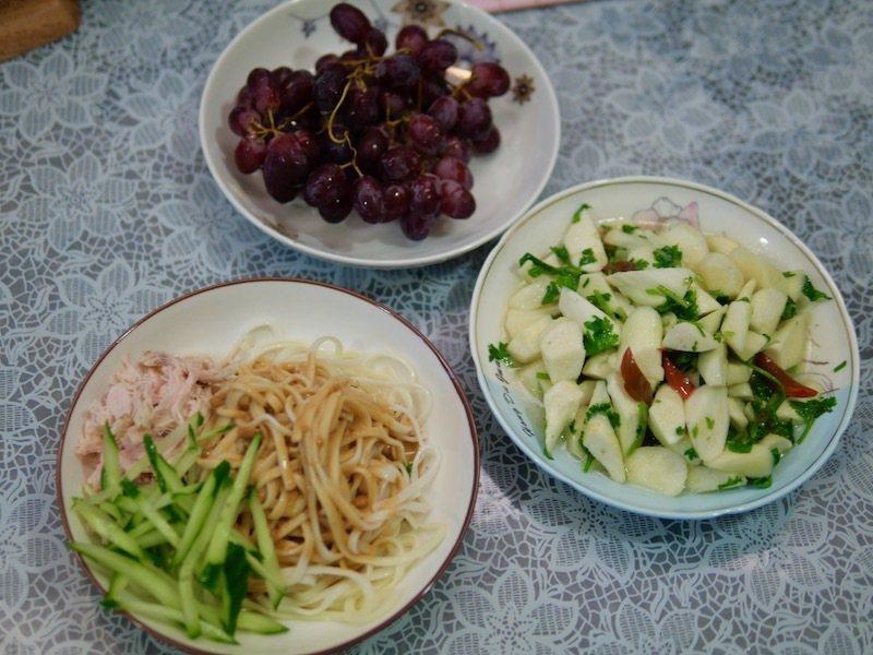 一盤雞絲麻醬麵,一盤炒茭白筍香菜,完美的午、晚餐。