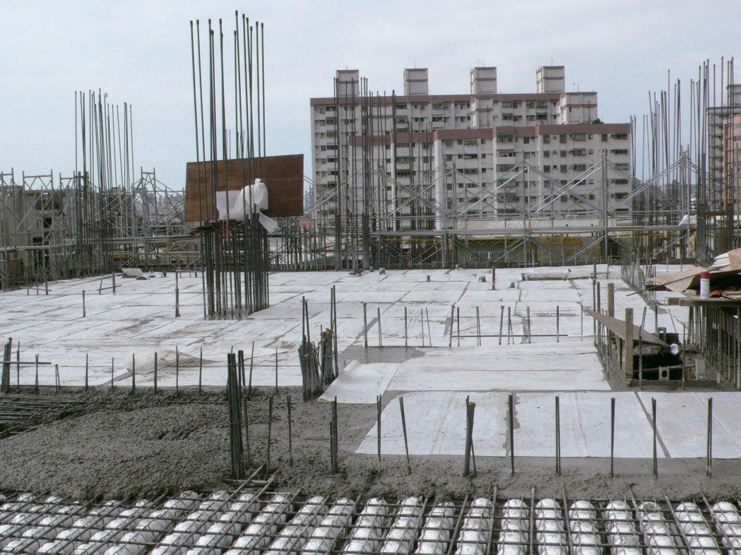 混凝土澆置全面覆蓋PP版施作養護。