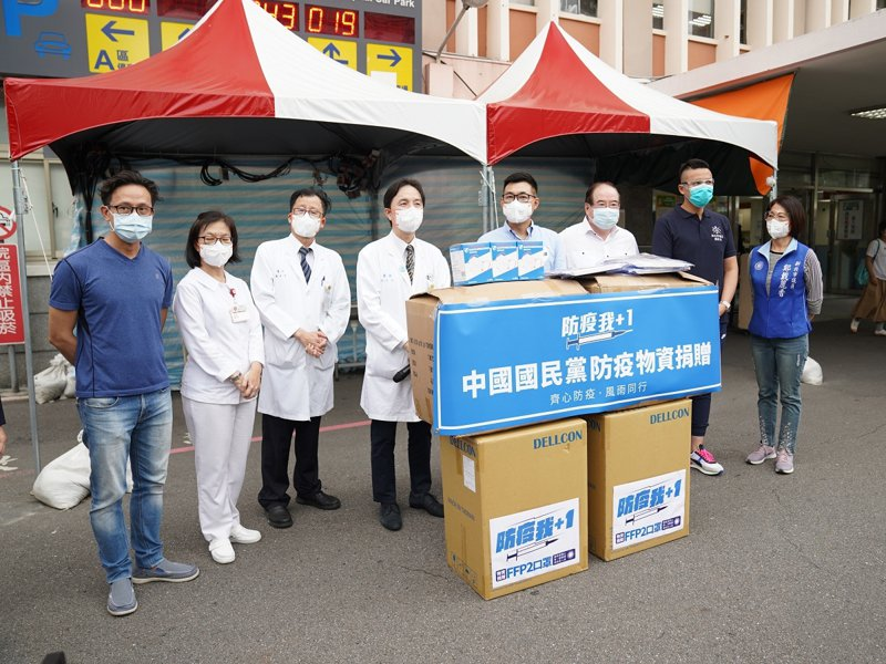 國民黨主席江啟臣帶著1千個防護面罩及FFP2口罩2888個,捐給淡水馬偕醫院的防疫最前線。 圖/紅樹林有線電視提供