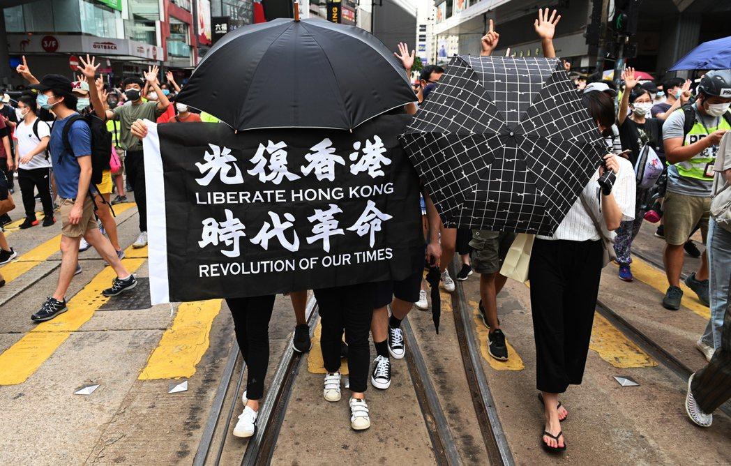 去年7月有5名參與香港反送中運動港青乘坐充氣艇抵台後,台灣及美國對其行蹤三緘其口...