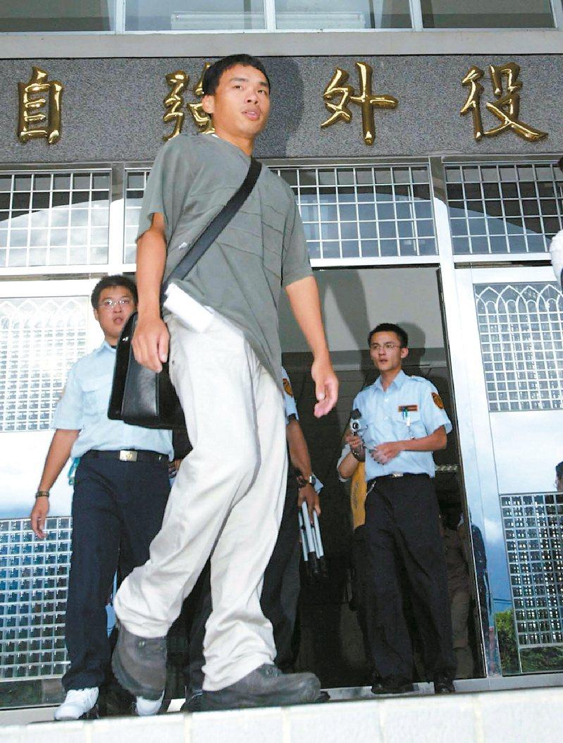 獲陳水扁總統特赦的「白米炸彈客」楊儒門離開花蓮自強外役監,重獲自由。圖/聯合報系資料照片