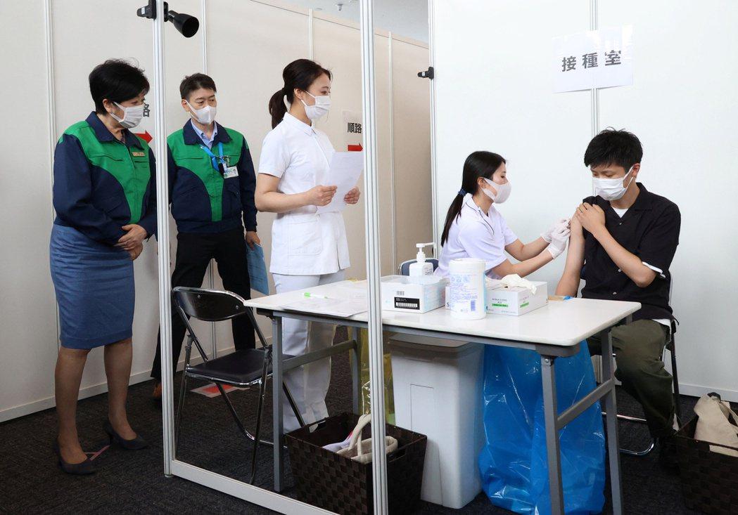 日本政府正號召大企業為員工施打新冠疫苗。路透