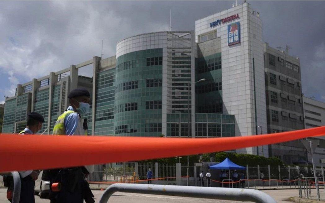 路透引述黎智英助理Mark Simon稱,香港蘋果日報將在幾日內被逼關閉。美聯社