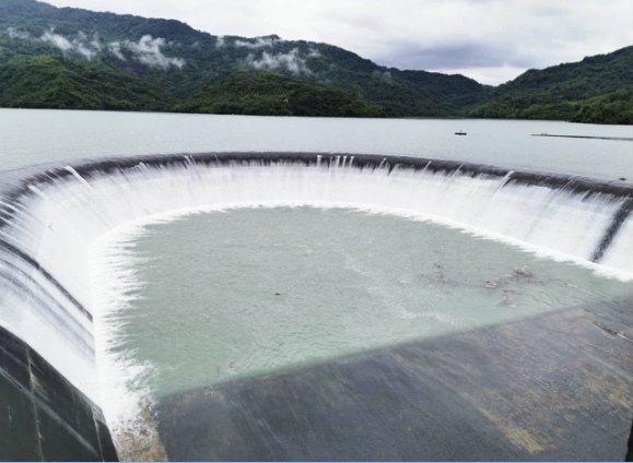 南化水庫因滿水位後持續進水,溢洪道正排水到下游後堀溪。圖/本報資料照片