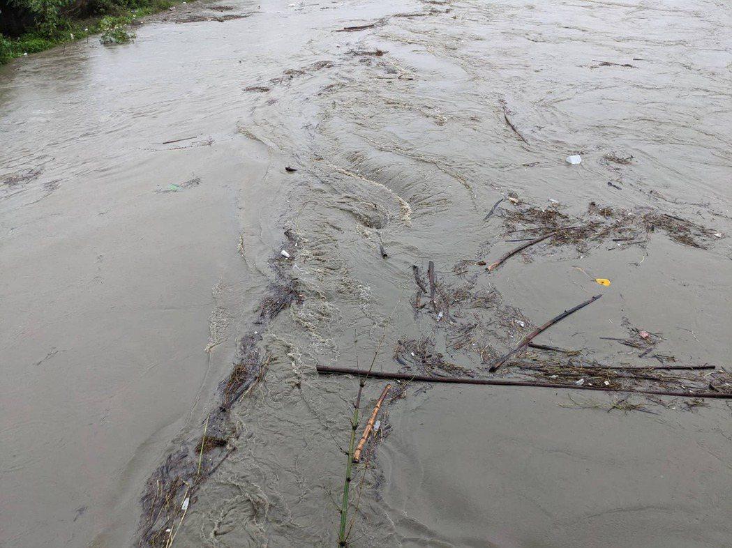 高雄昨天受大雷雨影響,受豪雨沖刷,水源區濁度飆。記者陳弘逸/攝影