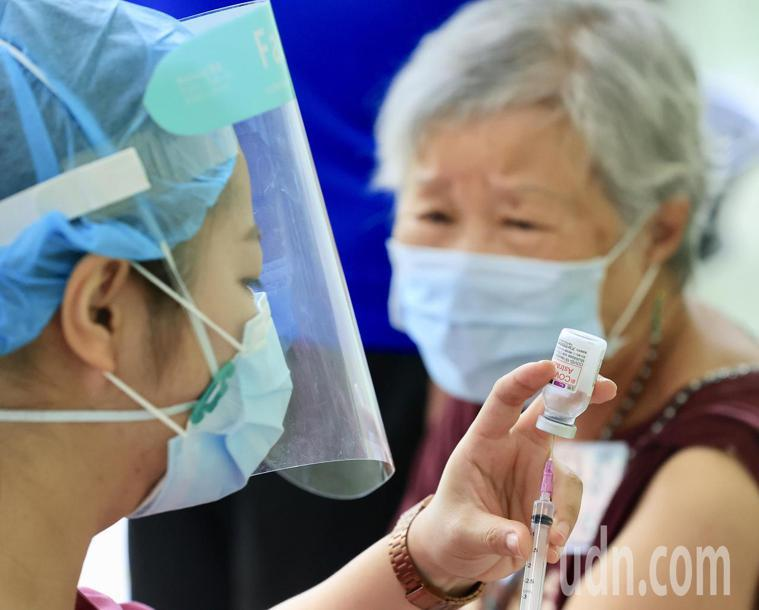 到底打新冠疫苗前後該吃、該做、該注意什麼?記者林伯東/攝影