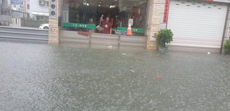 彰化縣今天清晨大雨不斷,員林市、社頭、永靖、田中等鄉鎮都因豪降雨淹水,員林市區也有店家淹水。圖/曹嘉豪提供