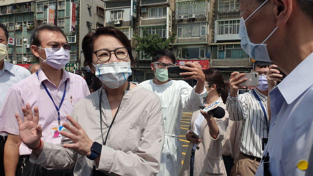 台北市副市長黃珊珊今前往北農視察快篩站地點及動線,北農提出幾個地點全被黃珊珊打槍...
