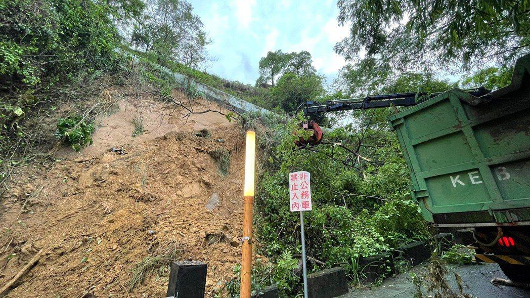 受大雷雨影響,昨天上午9許大社觀音山翠屏公廁登山口鐵門及上坡處山壁傳出坍方,道路...