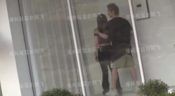羅昊(右)親暱地摟著周揚青的肩膀,互動就像熱戀情侶。。圖/摘自微博