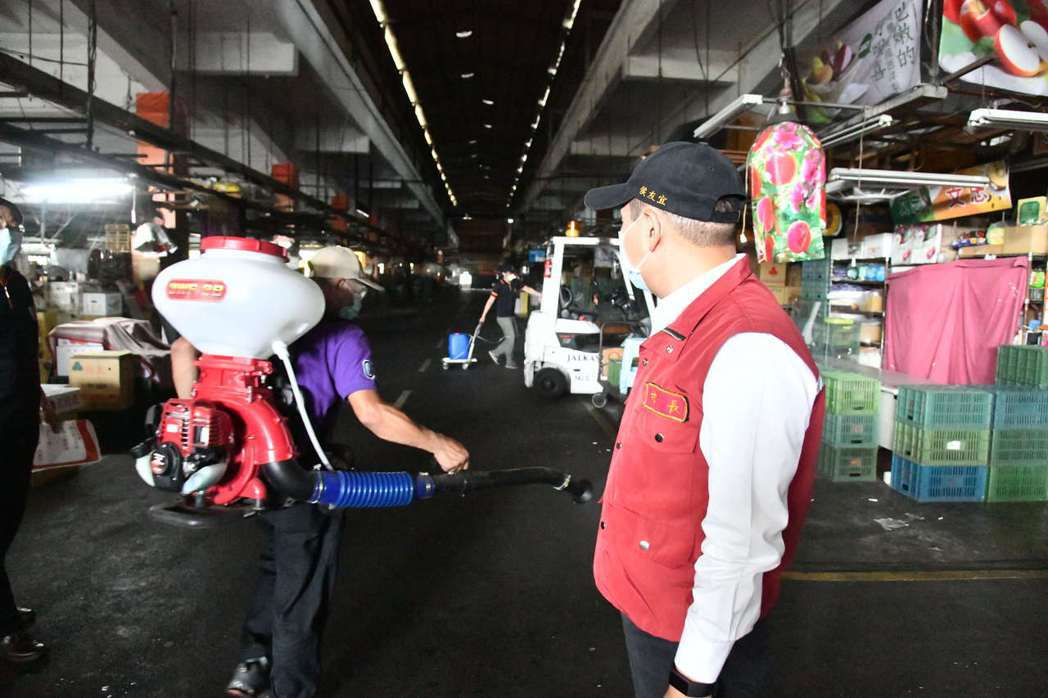 新北果菜市場利用今日休市全面清消。圖/新北市新聞局提供