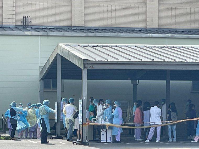 國軍桃園總醫院爆發院內感染,院方全面採檢,醫院前出現人龍。記者朱冠諭/攝影