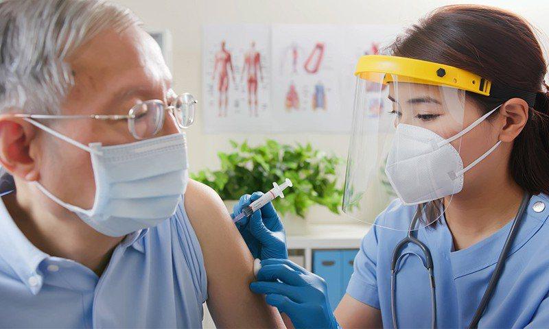 嘉惠長者,和泰產的防疫險及疫苗險,投保年齡可到80歲。和泰產險/提供