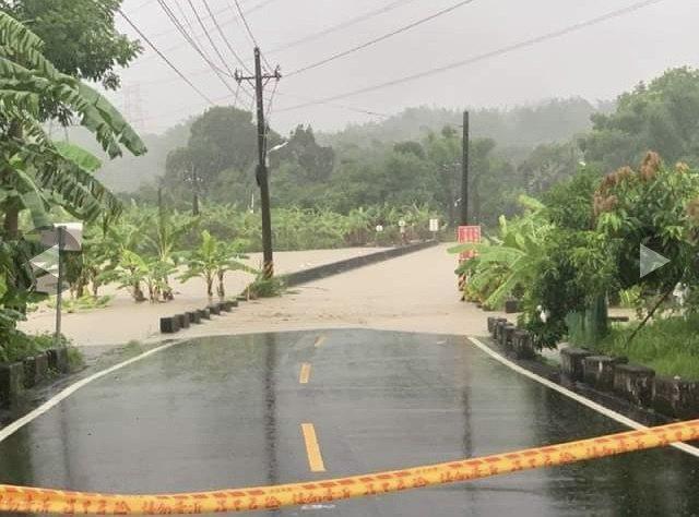 台南左鎮四座橋梁遭洪水淹沒,警方封路提醒民眾勿接近。記者周宗禎/翻攝