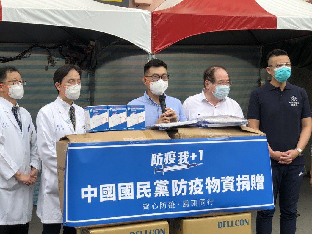 江啟臣代表國民黨捐贈物資給淡水馬偕醫院,盼成為醫護最強力的後盾。記者張睿廷/攝影