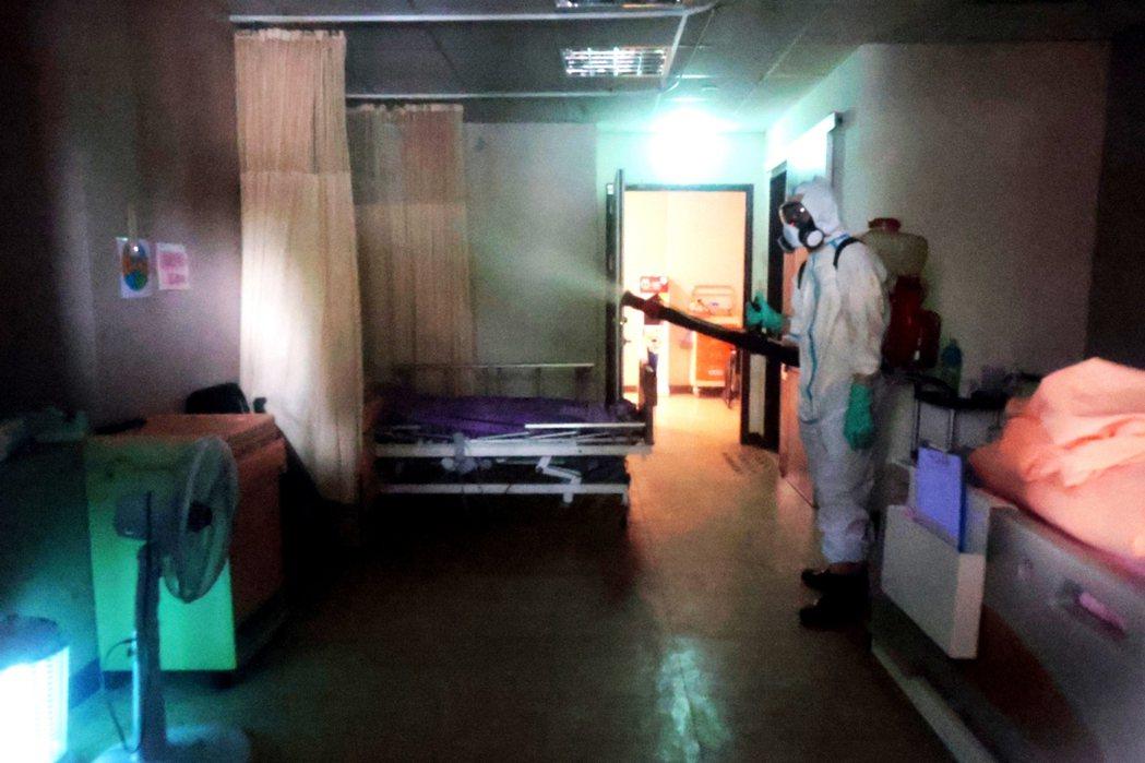 士林某護理之家疑似隱匿疫情,釀成47人染疫確診,上午進行全面消毒。記者蘇健忠/攝...