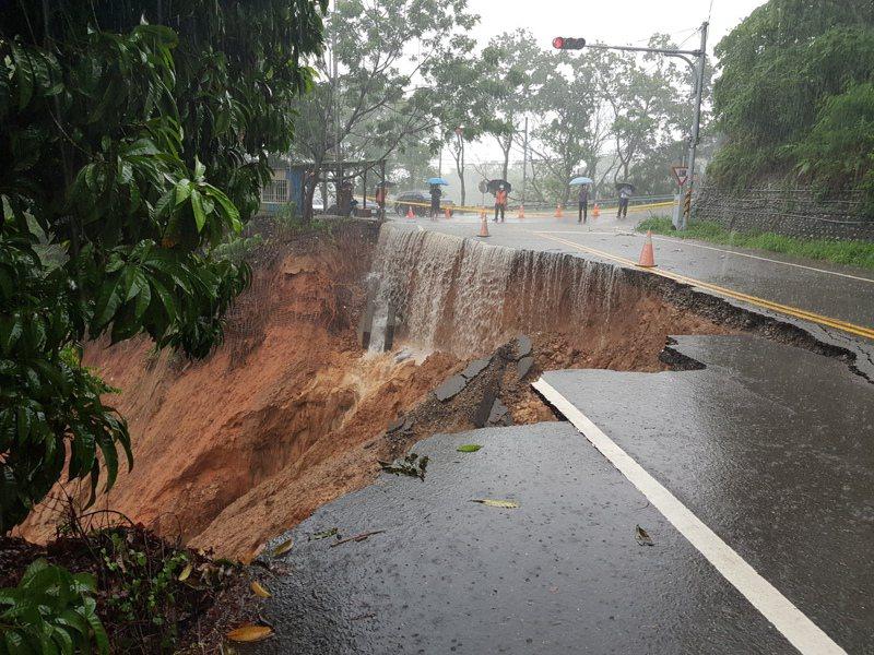 彰化縣花壇鄉三芬路近139線大彰路處,今天上午因雨水沖刷造成長約40公尺近半路面崩塌。圖/工務處提供
