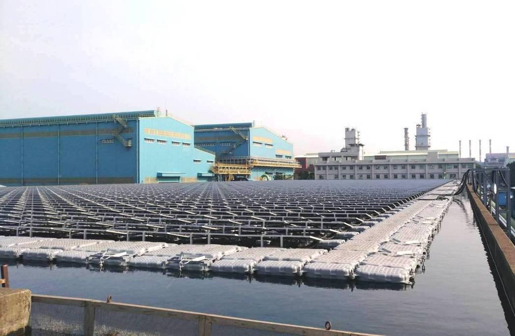 中鋼廠區水面型太陽能光電系統,光電板底下為中鋼公司導入的鳳山溪再生水,故水面上下...