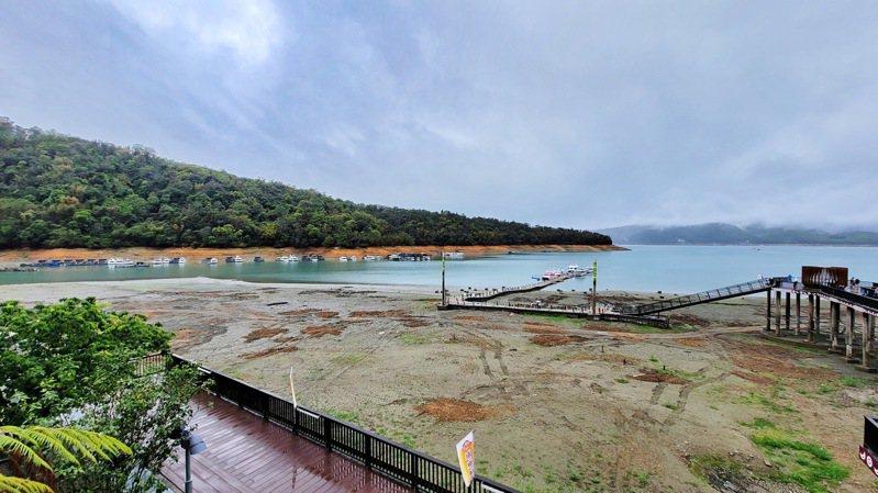 日月潭伊達邵碼頭水位5月前仍有大片灘頭裸露,半個月來從無到有,讓人不禁有滄海桑田之感。圖/日管處提供