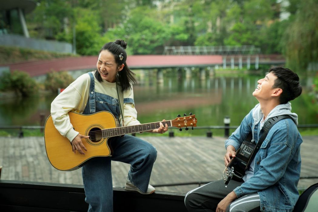 周興哲(右)、李沐(左)因拍攝「我吃了那男孩一整年的早餐」有了好交情。圖/華映提...