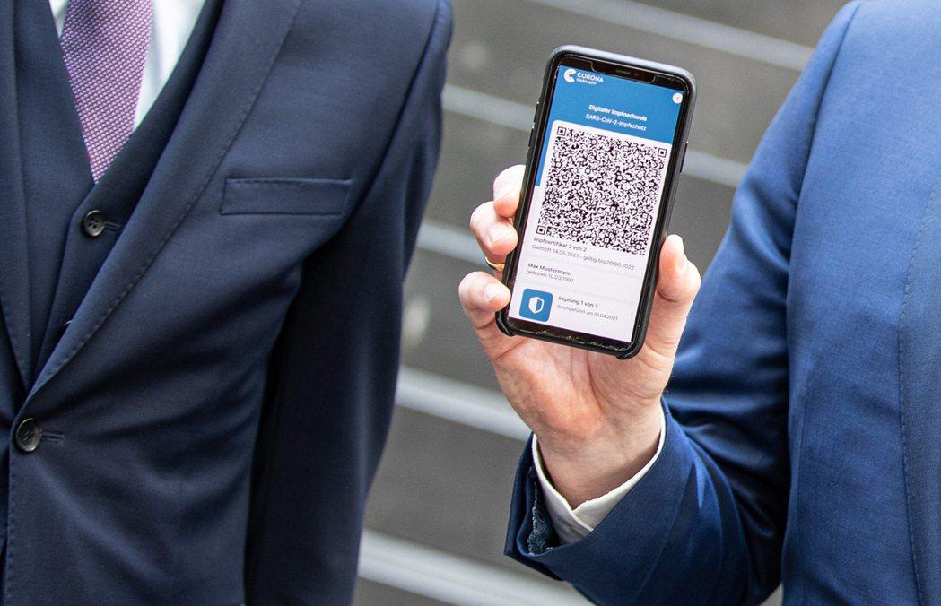 德國疫苗護照以手機App上的QR Code證明持有人接種完畢。(歐新社)