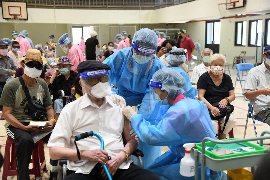 全台長者施打疫苗。圖/花蓮縣政府提供
