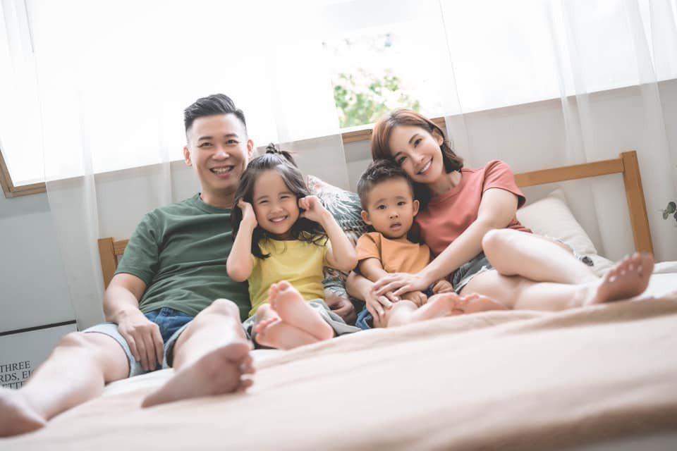 鍾欣怡(右)和老公孫樂欣(左)育有一對子女。圖/摘自臉書