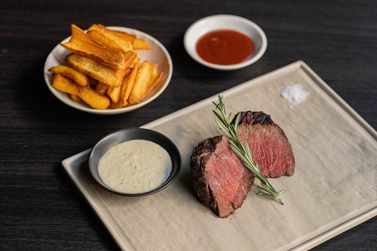 原木燒烤澳洲菲力牛排8盎司、辣根酸奶醬個人套餐。圖/WILDWOOD提供。