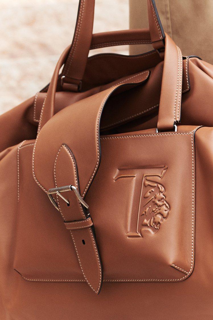 在多款像是要出遠門的旅行風大包上,也可見到標誌性的獅子圖騰壓紋。圖/迪生提供