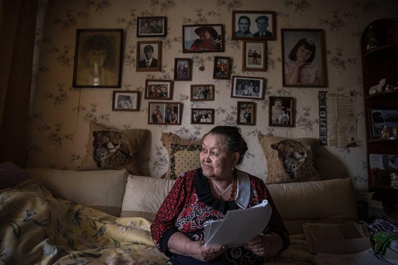 當年32歲,在軍事設施附近一家陶瓷廠工作的蕾莎·斯密諾娃說,她住院一星期幸運活下來,但她的18位同事死了。紐約時報