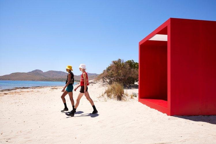 AMO再度為PRADA打造了充滿鮮明概念的秀場,模特兒需要先經過一個豔紅幾何隧道...