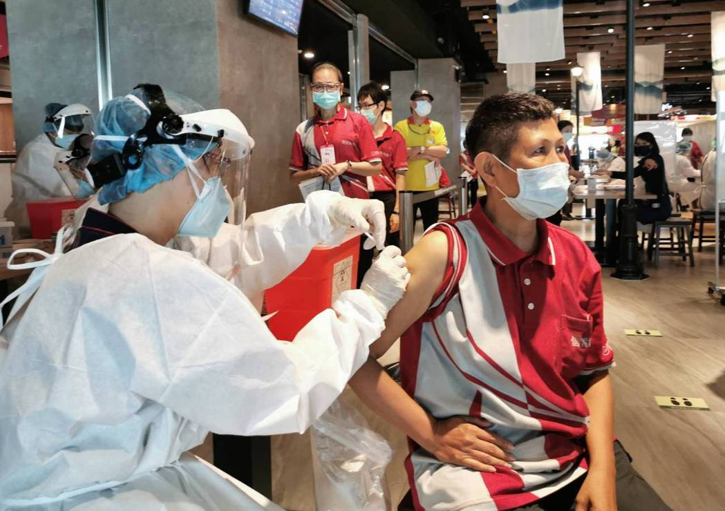 桃園機場清潔人員進行莫德納疫苗接種。圖/機場公司提供